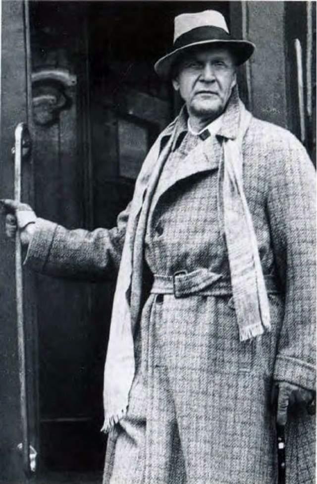 """Федор Шаляпин. С 1922 года великий тенор находился на гастролях за границей, и решил остаться в США. В СССР в 1927 году он был лишен звания Народного артиста и путь назад для него был """"заказан"""". 12 апреля 1938 года он скончался в Париже на руках жены."""