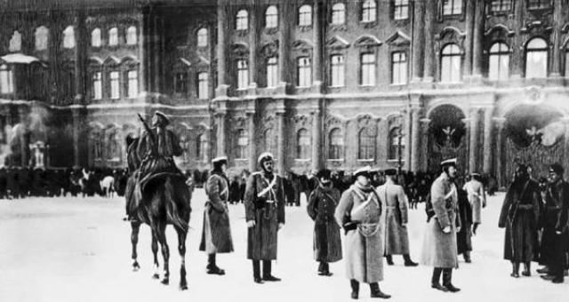 С вечера 21 января в столицу империи начали прибывать войска Петербургского военного округа. Уже ночью 9 января боевые подразделения заняли боевые позиции. Всего насчитывалось порядка 31 тыс. кавалерии и пехоты.