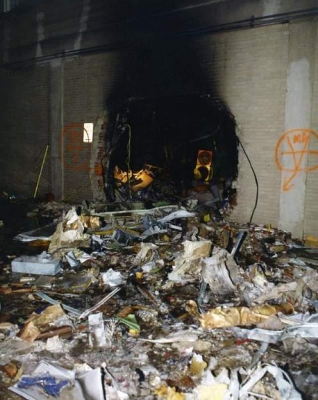 Отверстие в стене, которое, похоже, вызвано декомпрессией.