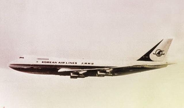 Boeing 747, авиакомпания Korean Air Lines. Южнокорейский Боинг 1 сентября 1983 года следовал из Нью-Йорка в Сеул. На его борту находились 23 члена экипажа и 246 пассажиров.