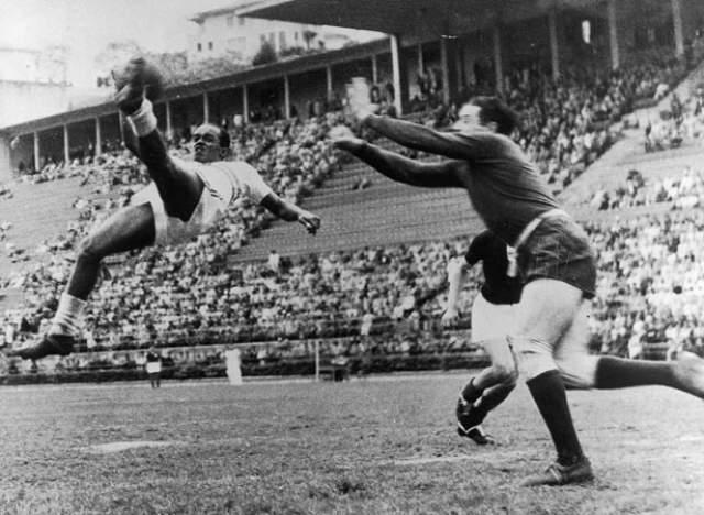 """Леонидас да Силва. До того, как на горизонте появился Пеле, считался сильнейшим футболистом планеты. Его называют изобретателем такого знаменитого технического приема как """"бисиклета"""" (или """"удар ножницами"""") - удар в падении через себя."""