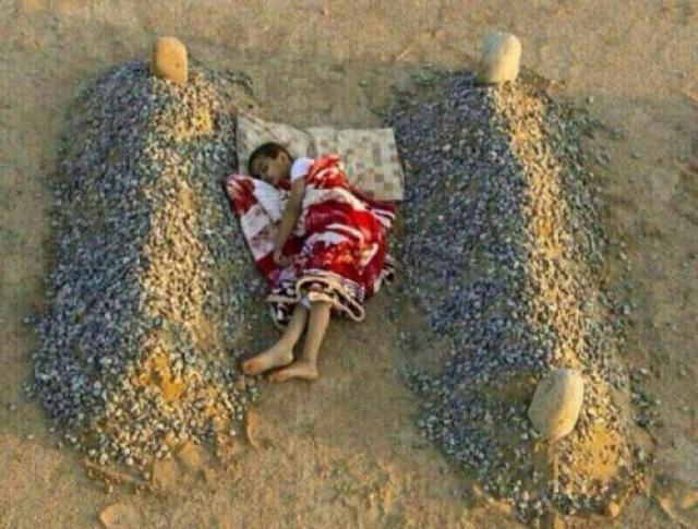 Сирийский мальчик спит на могилах убитых родителей. На самом деле это был арт-проект 25-летнего фотографа Абдулы Азиза аль-Отаиби из Саудовской Аравии.