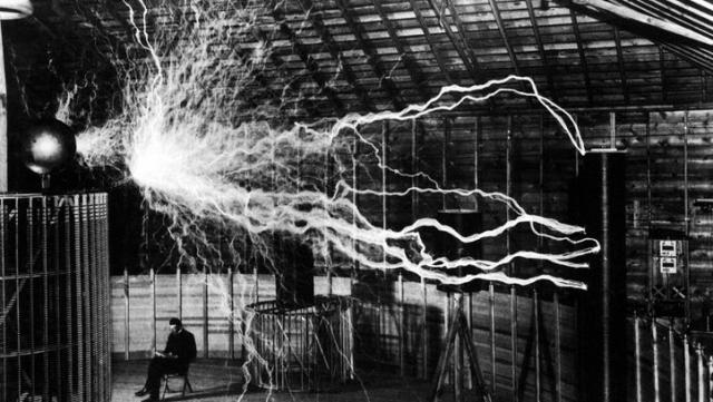Еще за два года до этого в своей лаборатории в городке Колорадо-Спрингс Тесла собрал огромный резонансный трансформатор, позволявший получать высокочастотное напряжение с амплитудой до нескольких миллионов вольт.