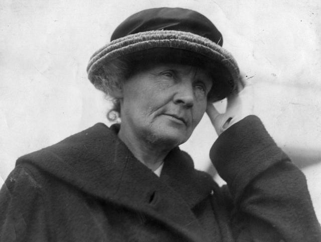 Кюри умерла от лейкемии, вызванной облучением. Ее личные дневники до сих пор обладают такой радиоактивностью, что их не следует брать в руки.