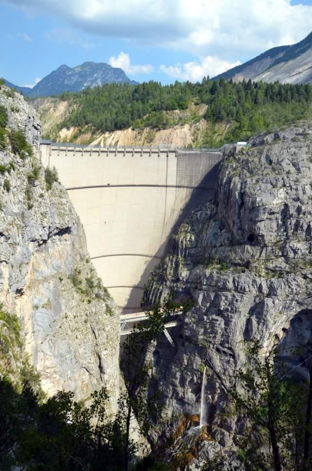 ГЭС буквально нависала над долиной, и лишь относительно тонкая бетонная перемычка плотины отделяла 150 млн кубометров воды от тысяч беззащитных людей.