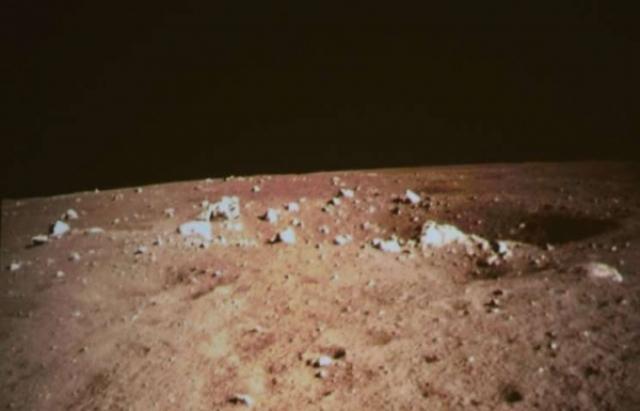 """Внезапную сенсацию сотворил китайский луноход """"Юйту"""" (""""Нефритовый заяц""""), высадившийся на Луну. На переданных им снимках лунной поверхности отчетливо видно, что грунт спутника Земли - коричневатого цвета, тогда как большинство снимков аппаратов НАСА показывают Луну серой."""