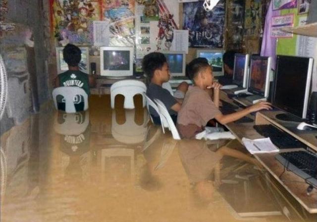 Снимок попал в сеть в 2012 году, после сильного наводнения на Филиппинах. Несмотря на то, что многие поверили в реальность изображенного, снимок является подделкой.