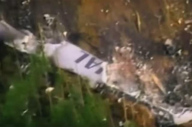 Пролетев над полуостровом Идзу и заливом Суруга самолет на скорости 173 км/ч проследовал в северо-западном направлении. Экипаж до самого конца пытается спасти самолет и пассажиров на борту.
