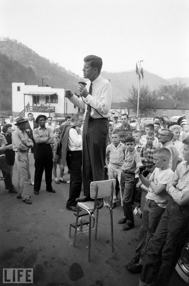 Перед Камелотом (Before Camelot, a Visit to West Virginia, Hank Walker, 1960). Джон Кеннеди, который вскоре станет самым молодым американским президентом, выступает во время предвыборной кампании.