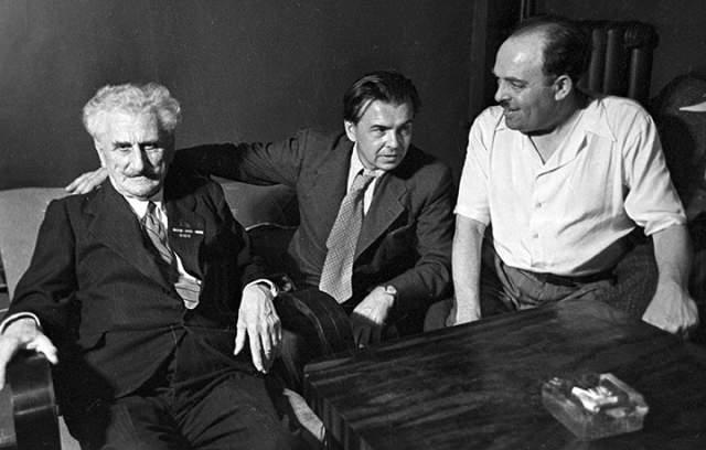 """В начале 1990-х годов Леонид Максимович Леонов хотел уничтожить рукопись романа """"Пирамида"""", над которым начал работу еще в 1938 году. Мастеру было уже 90 лет, и он был крайне недоволен написанным. Ванга отговорила его от этого шага, посоветовав Леонову дней на 40 уехать на дачу - якобы там вдохновение придет само собой. Так и произошло."""