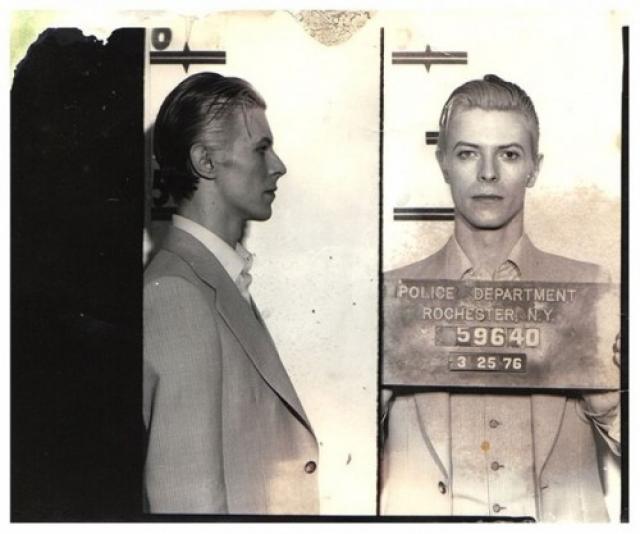 Дэвид Боуи был арестован в Нью-Йорке в марте 1976 года по обвинению в употреблении марихуаны. Музыканта задержали в отеле Rochester после концерта.