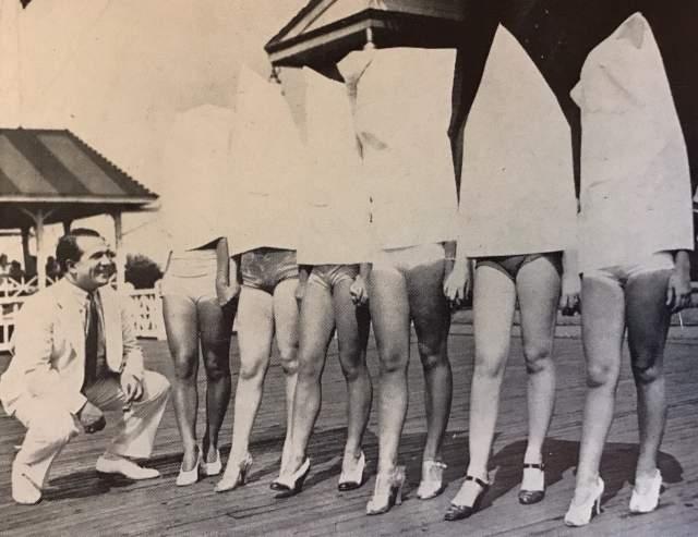 Мисс красивые ножки - 1930 год. Чтобы ничего не мешало судьям оценить только ножки конкурсанток, им приходилось надевать такие мешки. На что только не пойдешь ради победы!