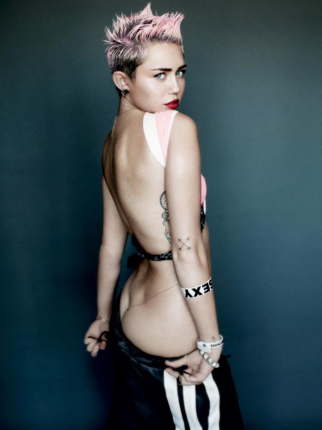 Майли Сайрус в фотосессии для журнала V Magazine.
