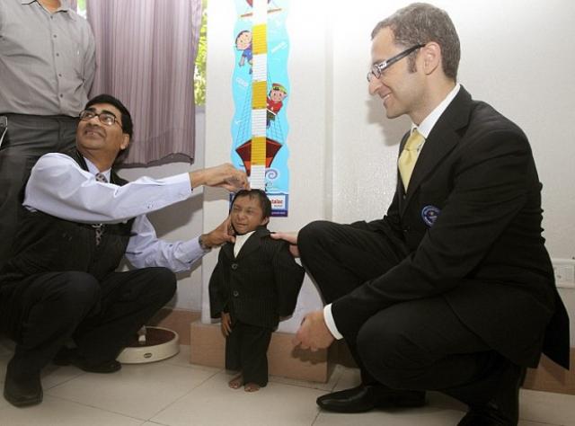 Рекордсменом Книги Гинесса в этой номинации были 18-летний непалец Хагендра Тапа Магара , рост которого составлял 67 см, а вес - 5,5 кг.