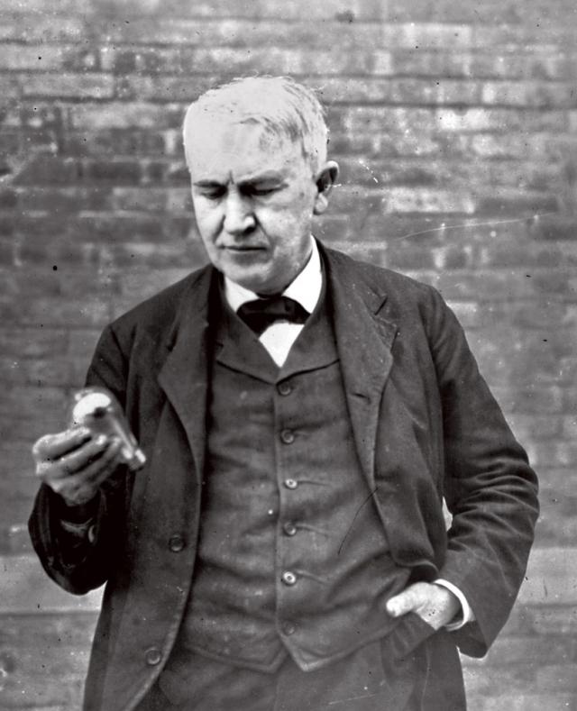 Эдисон довел электрическую лампочку до широкого практического применения, не удивительно, что изобретателем этого предмета считается он.