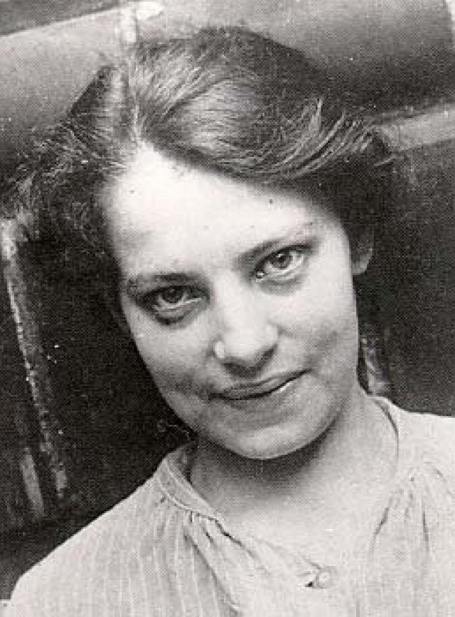 """Первое упоминание Анны Андерсон в связи с историей """"спасшейся княжны Анастасии"""" относится к ночи 17 февраля 1920 года, когда неизвестная женщина пыталась покончить с собой, бросившись в воду с Бендлерского моста в Берлине."""