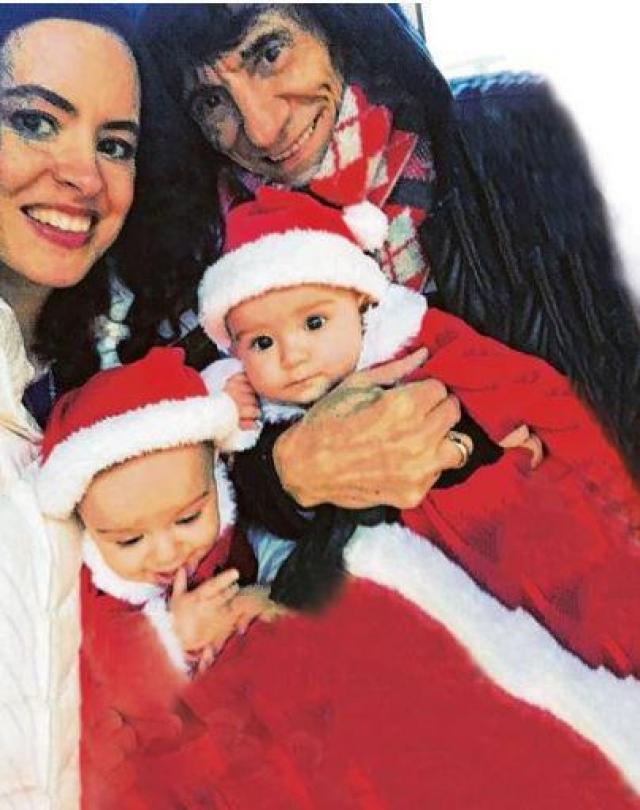 В 2011 году Ронни женился на театральном продюсере. На тот момент свадьбы ему было 65 лет, ей — 34). В июне прошлого года Салли Хамфрис родила двойню .