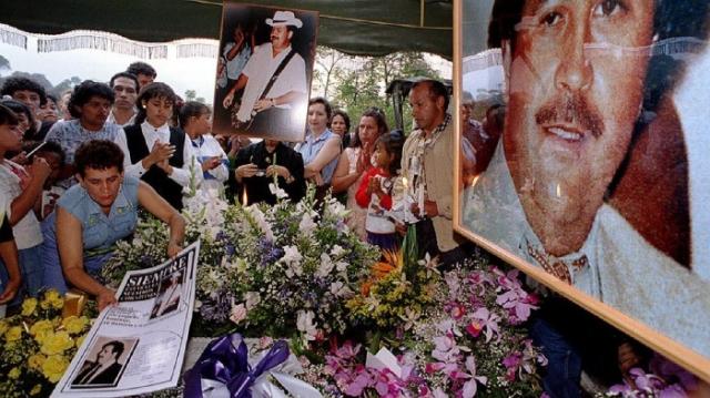 3 декабря 1993 года тысячи колумбийцев заполнили улицы Медельина, одни пришли оплакать его, другие – порадоваться. На похоронах Эскобара, присутствовали более 20 тысяч колумбийцев. Когда гроб с наркобароном понесли по улицам Медельина, началась настоящая колумбийская Ходынка – несущие гроб соратники были сметены толпой, крышка гроба была сброшена, и тысячи рук тянулись к уже окоченевшему лицу Пабло с единственной целью – прикоснуться к еще недавно живой легенде в последний раз.