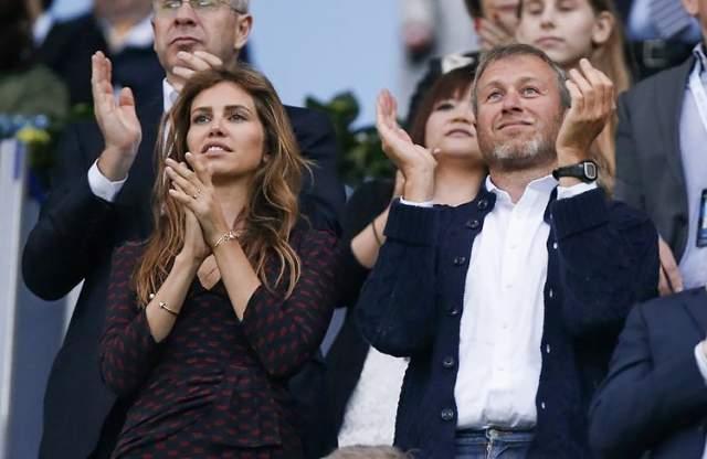 После 10 лет совместной жизни (они познакомились на футбольном матче в Барселоне в 2005 году) известная богатая наследница и олигарх известили публику о расставании. Бывшие супруги сообщали, что собираются продолжать вместе воспитывать сына Аарона и дочь Лею, а также продолжать вести совместные бизнес-проекты.
