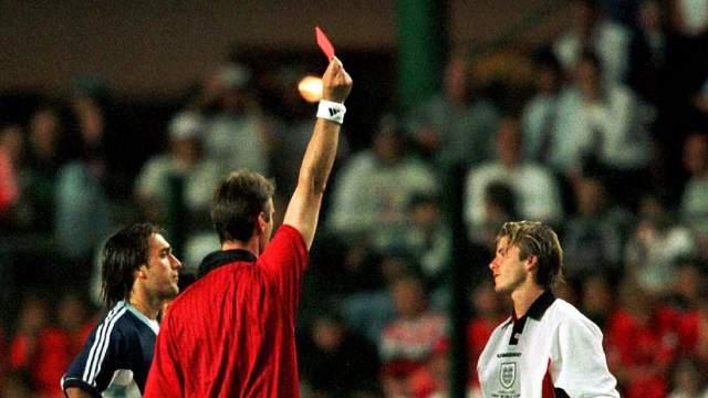 Несмотря на очевидную симуляцию, судья сразу вручил Дэвиду красную карточку. Хотя у него даже предупреждений до этого не было.