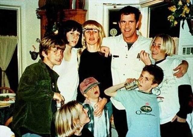 Актер в окружении детей от первого барка с Робин Мур
