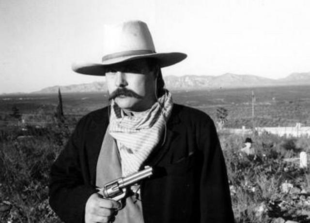 В 1996 году Айк Клентон сделал фотографию своего друга, который был одет в ковбойский прикид. А было это прямо посередине Бутхиллского кладбища рядом с городком Томбстоун.
