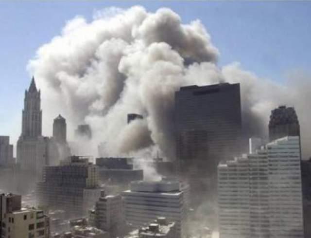 """Другие мнения относительно мотивов """"Аль-Каиды"""" были также тщательно проанализированы различными сторонами, включая политиков, ученых, комментаторов СМИ и журналистов. В своей речи в 2001 году Джордж Буш объяснил мотивацию террористов ненавистью к свободе и демократии США."""