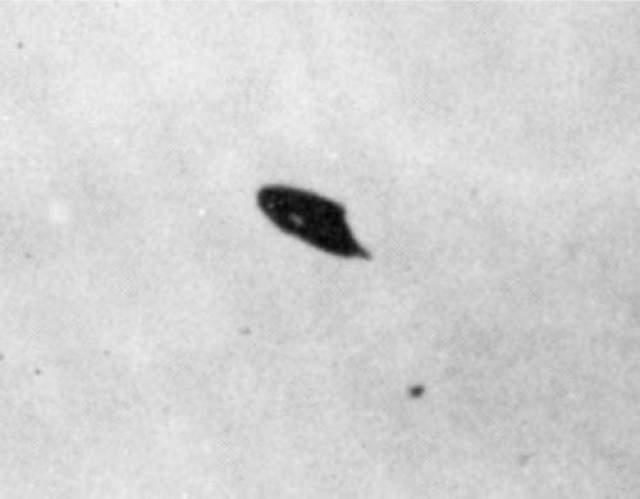 Уильям Роудс из Феникса, штат Аризона, описал увиденный им диск, кружившийся на одном месте во время заката в июле 1947 года, после чего он решил сделать эту фотографию.