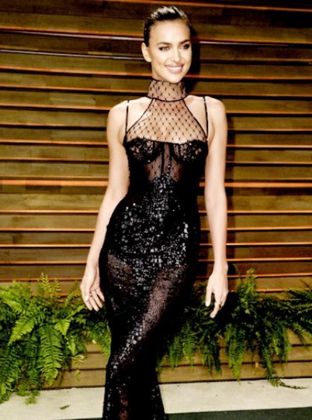 """Ирина Шейк поражала воображение поклонников и фотографов на красной ковровой дорожке много раз. В таком наряде она появилась на афтерпати после вручения премий """"Оскар""""."""