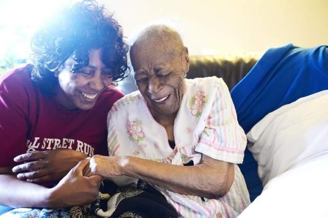 В 2000 году она стала плохо видеть, начались проблемы со слухом. Она передвигалась в инвалидной коляске, но при этом чувствовала себя хорошо. Умерла Джонс в доме престарелых.