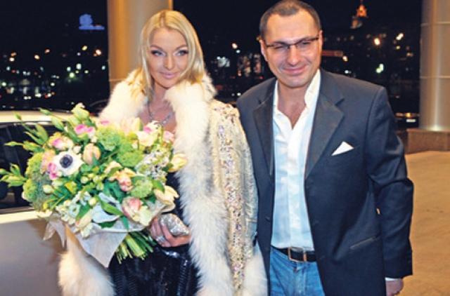 Тридцать седьмой день рождения Анастасии ознаменовался скандалом с Игорем Вдовиным — ее экс-возлюбленным. После торжества именинница в своем микроблоге поблагодарила Вдовина за подарок — шикарное платье, в котором она была.