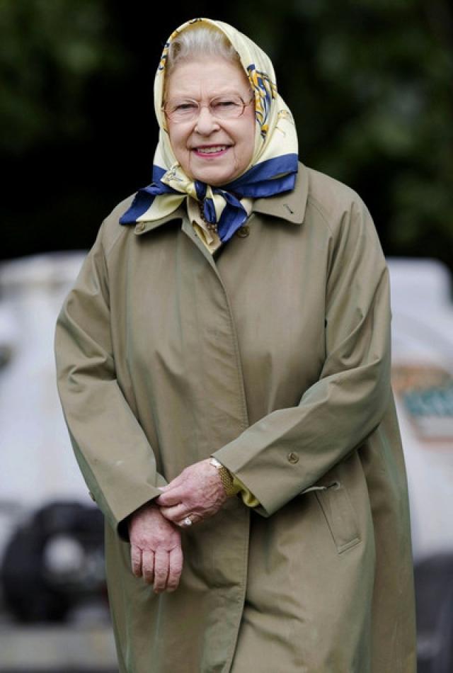 Год спустя еще один неуравновешенный британский подданный ворвался в личные покои королевы, обойдя сигнализацию и охрану дворца. В течение десяти минут, с фантастическим спокойствием и достоинством королева вела беседу с этим безумцем, дожидаясь приезда полиции.