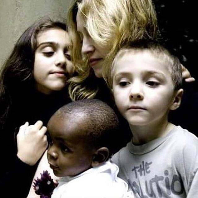 Мадонна. У поп-дивы четверо детей, и если в воспитании старших принимает участие и отец, то двух младших она усыновила.