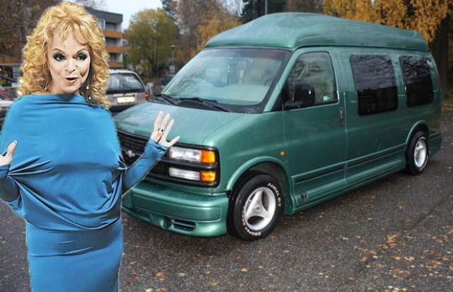 """Лариса Долина. А вот у самой обеспокоенной погодой в доме певицы авто """"неожиданное"""". Это дом на колесах - Chevrolet Express Explorer Limited SE, цена которому - 7 млн рублей."""