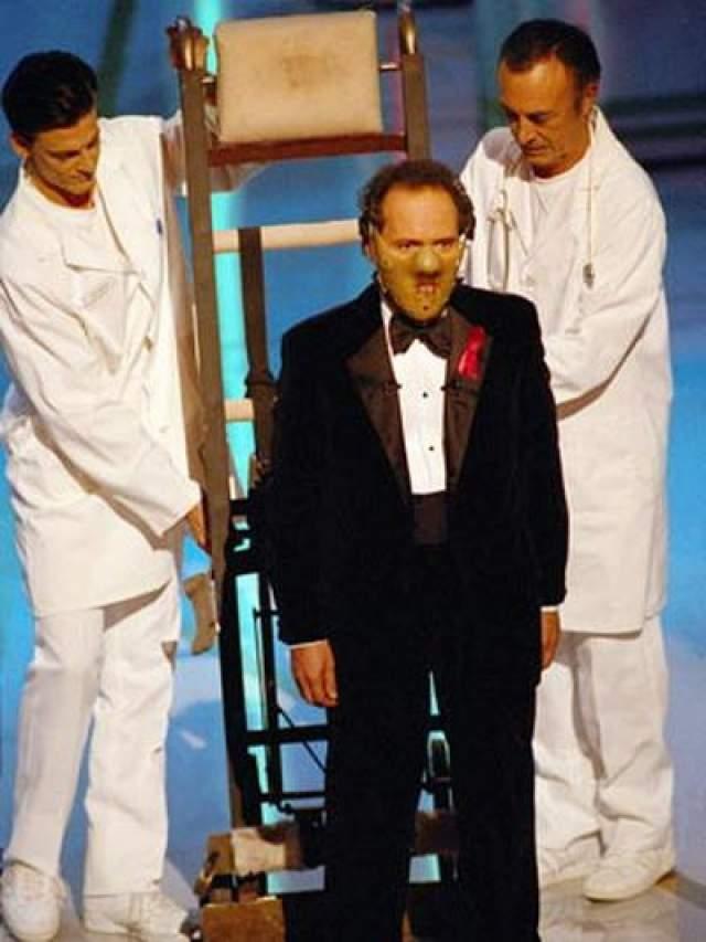 """1992 - появление ведущего церемонии - Билла Кристала - в образе Ганнибала Лектора ! На сцену зала Кристал, облаченный в знаменитую маску, был вывезен на сцену (пристегнутым к тележке) двумя санитарами. В 1992 году фильм """"Молчание ягнят"""" получил пять Оскаров."""