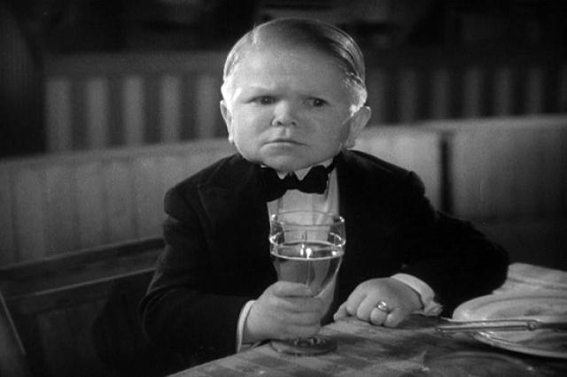 Курт Шнайдер (Гарри Эрлз) . Будущий актер родился в Германии в 1902 году, а вскоре после рождения стало известно, что он навcегда останется с карликовым ростом и детским лицом.