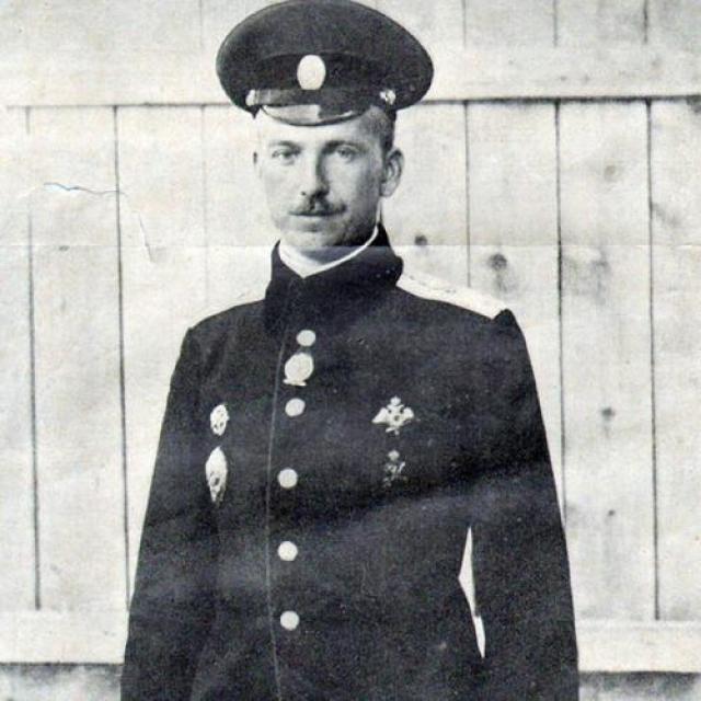 Первый в мире таран Первый в мире воздушный таран совершил штабс-капитан Петр Нестеров. Ему было 27 лет, и он, выполнив с начала войны 28 боевых вылетов, считался опытным пилотом.