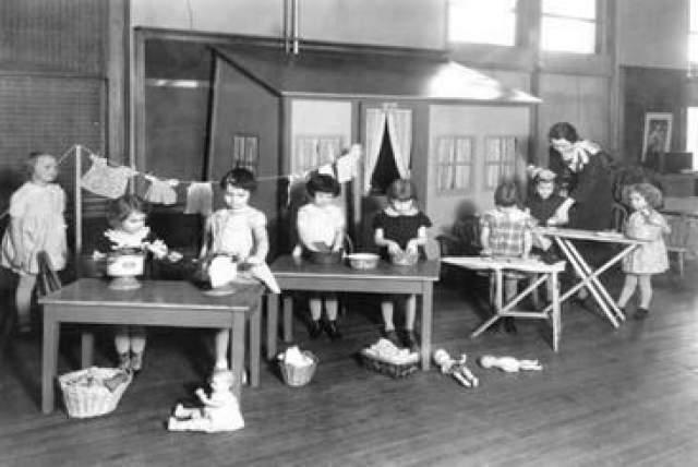 """Женщины были преподавателями младшей школы в Луисвилле, и решили сделать свои занятия более красочными с помощью приветственной легкой песни. Так появилось четверостишие """"Good morning to you, good morning to you, good morning, dear children, good morning to all"""", а Милдред сочинила на него музыку."""
