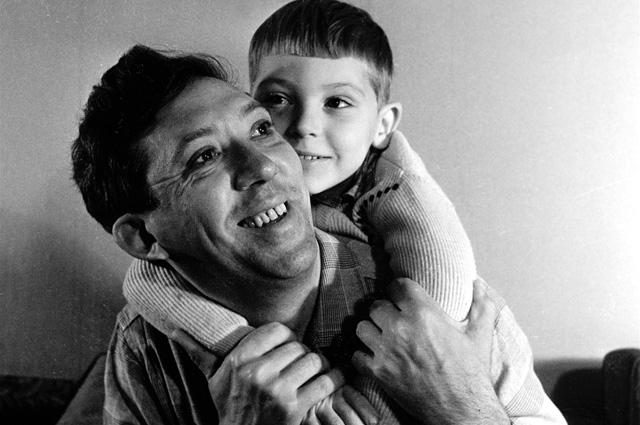 Дальше все было как в красивом сценарии: бесконечные разговоры, встречи, ухаживания, признание в любви… В 1950 году Юрий и Татьяна поженились. Через шесть лет у них родился сын Максим.