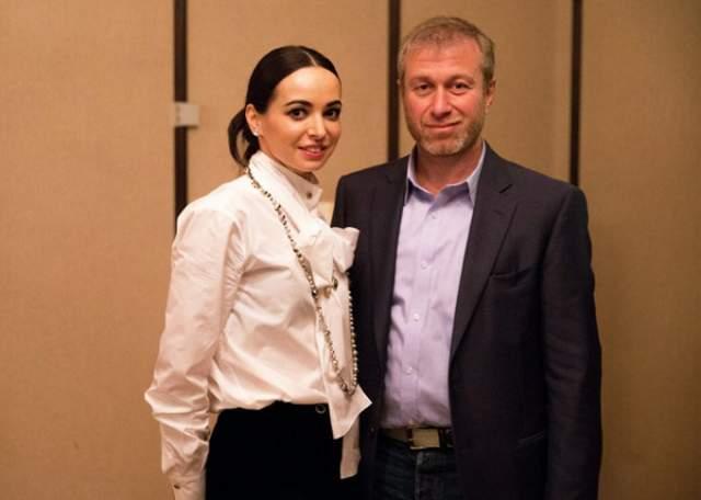 Причины развода, ходят слухи, лежали в изменах. Якобы у Романа Аркадьевича роман с балериной Диану Вишневу, а может и с актрисой Юлией Пересильд.