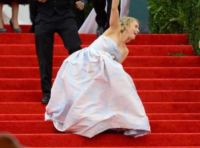Хайден Панеттьери стала жертвой пышной юбки и длинных каблуков на красной дорожке у Метрополитен-музея в Нью-Йорке.