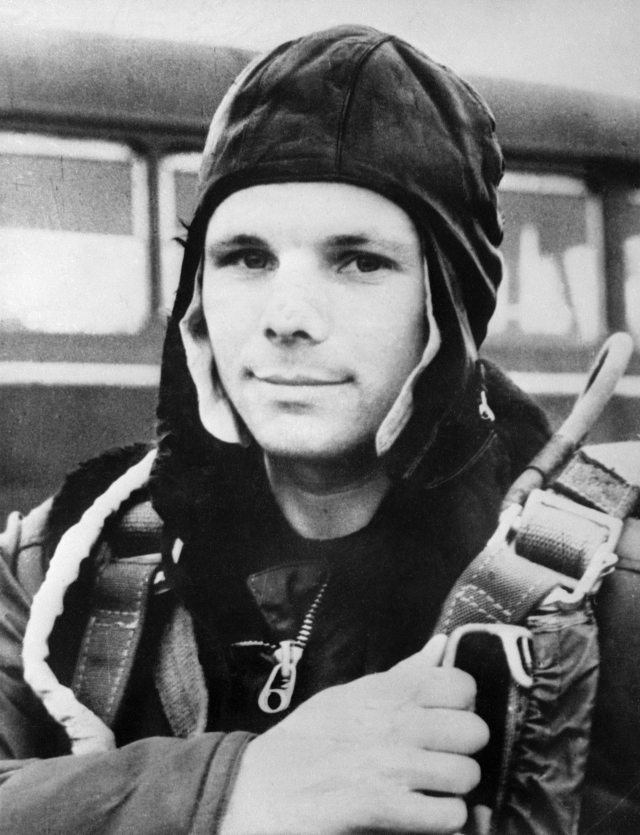 """Юрий Гагарин. В первом отряде космонавтов стал одним из лидеров, а позже был утвержден на первый полет. Старт корабля """"Восток"""" с Гагариным на борту был произведен 12 апреля 1961 года в 09:07 по московскому времени с космодрома Байконур."""