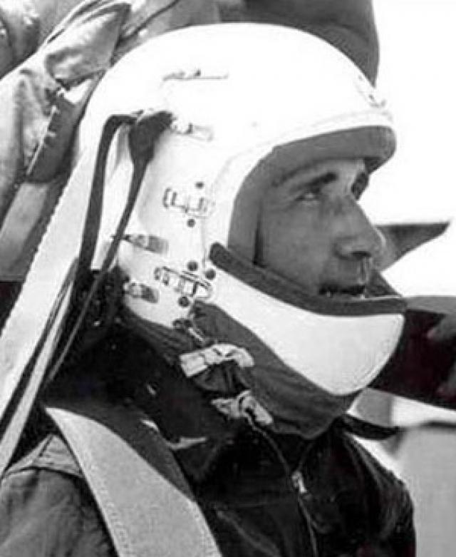 Джон Пол Стэпп. Ученый был опытным офицером ВВС и авиационным врачом, который изучал воздействие быстрого ускорения и торможения на тело человека.