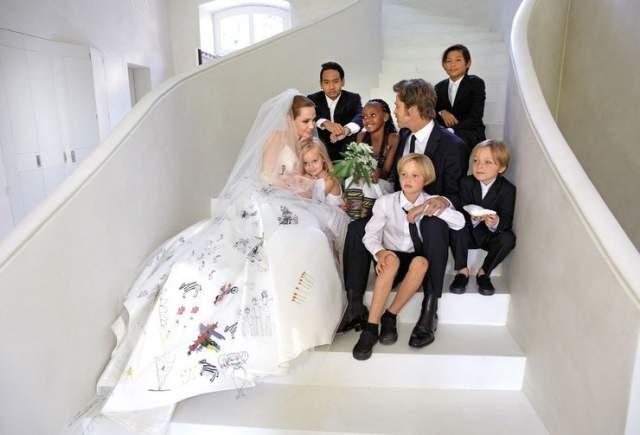 """Образцовая голливудская пара, которая была вместе десять лет (с момента знакомства на съемках """"Мистер и миссис Смит"""" в 2005-м) и растила шестерых детей, решила развестись в 2016 году."""