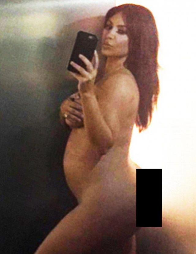 """Ким Кардашьян вызвала настоящий переполох, опубликовав """"голое"""" селфи, будучи в положении."""