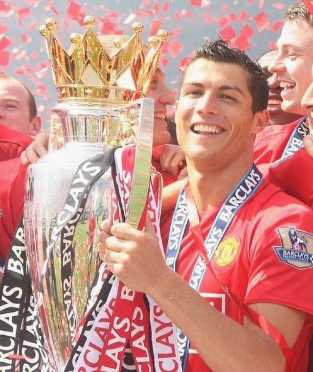 """Гонорар. Роналду становится самым дорогим футболистом-тинэйджером в Британии. """"Манчестер Юнайтед"""" заплатило юному дарованию воистину астрономический гонорар – 12 миллионов фунтов стерлингов за два сезона игры в клубе."""