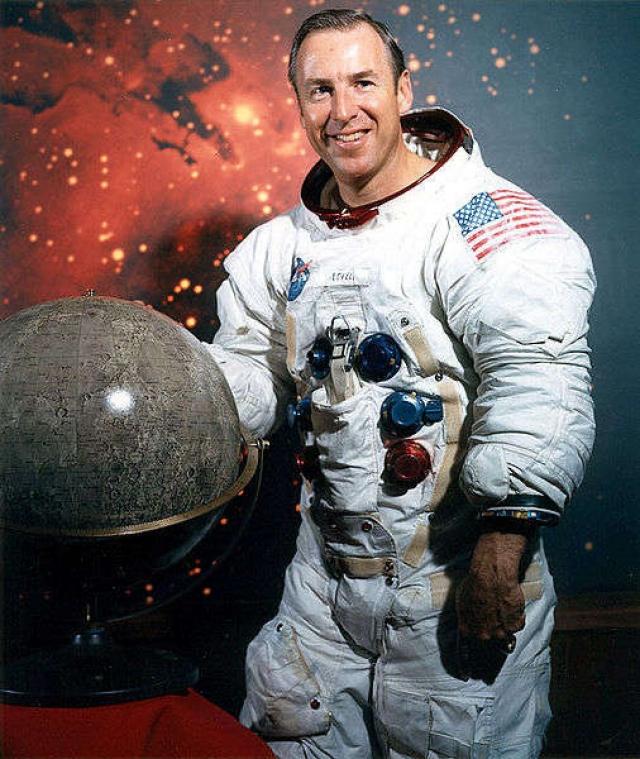 """Джим Лоуэл. Во время полета """"Аполлона-8"""" (декабрь 1968 года) космонавт, обогнув Луну и увидев обратную, обычно невидимую сторону нашего спутника, сказал по радио: """"Сейчас я убедился, что Санта Клаус действительно существует!"""""""