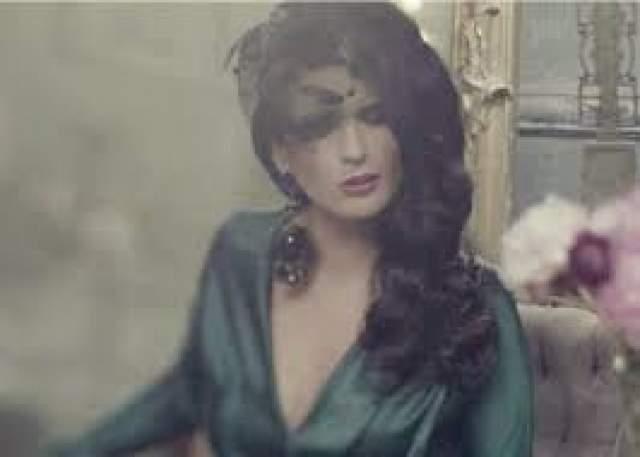 Лишь в последнее время певица решилась снять аксессуар. Впервые - для съемок в клипе.