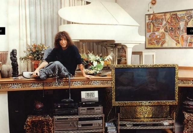 Вилла оформлена в стиле сафари: повсюду искусственные шкуры леопардов и охотничьи трофеи. На втором этаже - кабинет и спальня Леонтьева.