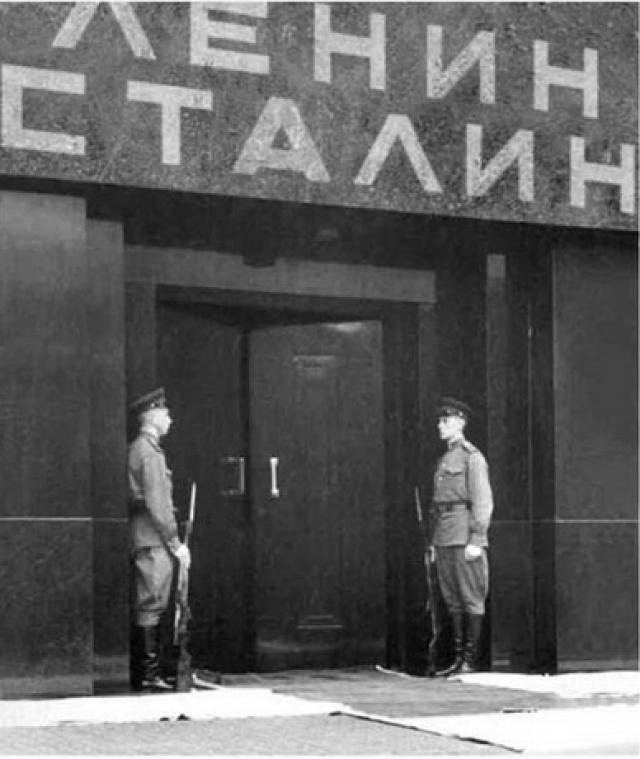 24 апреля 1962 года, когда Ленин остался в Мавзолее уже в одиночестве, бухгалтер-пенсионер из подмосковного Павловского Посада по фамилии Лютиков бросил камень в саркофаг.
